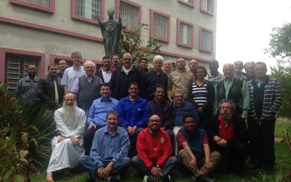 I rappresentati delle case del migrante scalabriniane postano per la foto di gruppo