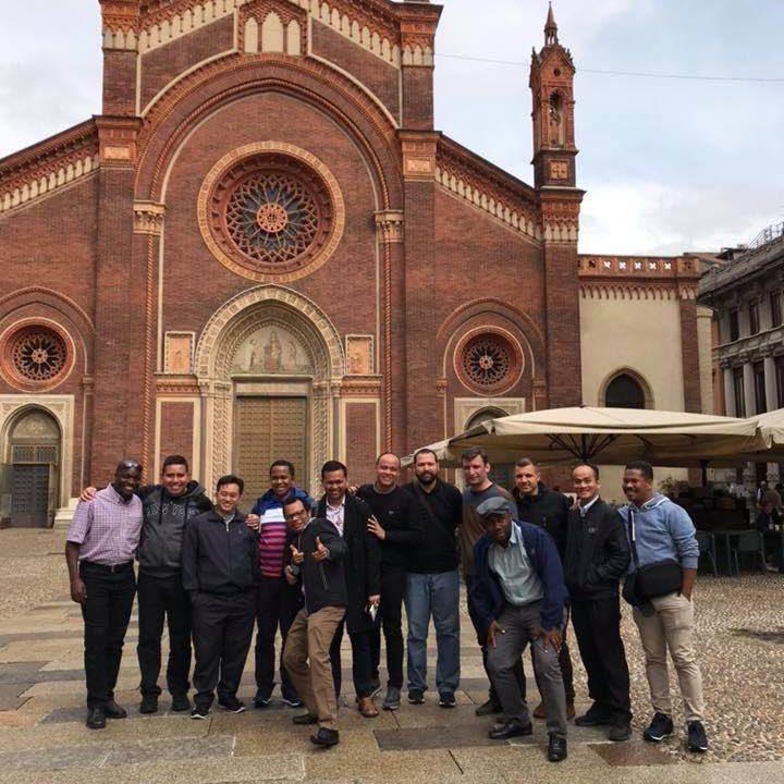 A Piacenza si sta svolgendo il corso di formazione per i giovani scalabriniani. Ecco i partecipanti a Milano, davanti alla parrocchia scalabriniana di Santa Maria del Carmine