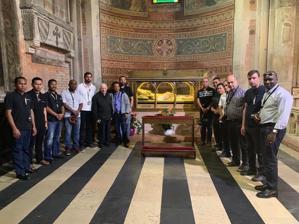 A Piacenza si sta svolgendo il corso di formazione per i giovani scalabriniani. Ecco i partecipanti davanti alla tomba del beato Scalabrini
